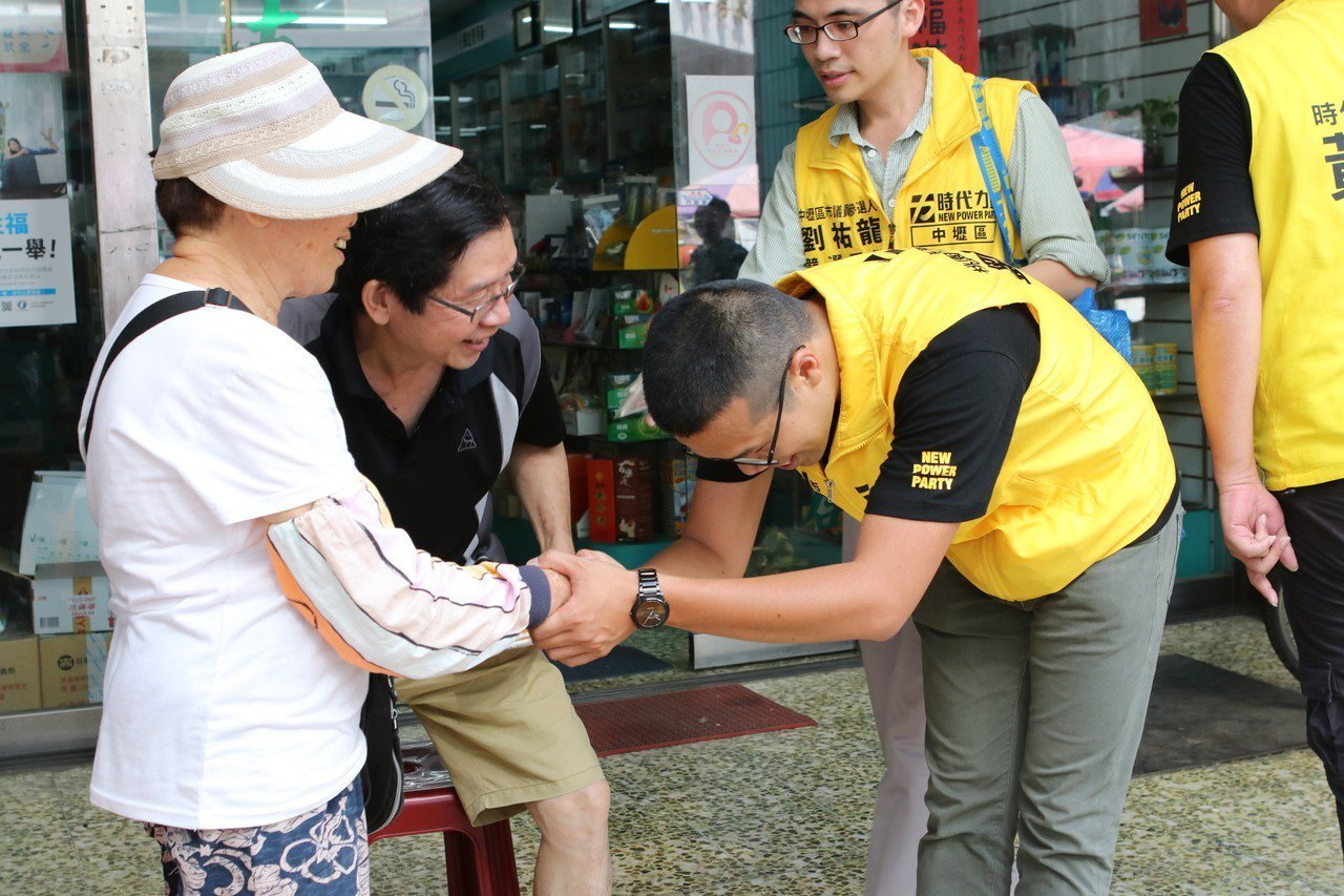 劉祐龍是中壢人,民眾對他年輕、活力印象深刻。圖/時代力量桃園黨部提供