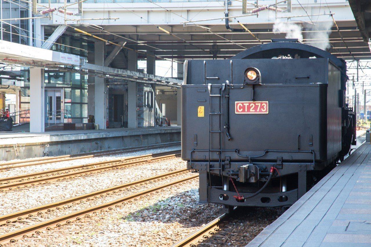 「CT273蒸汽火車」今天重現花蓮車站,慶祝台鐵131歲生日快樂。記者蔡翼謙/攝...