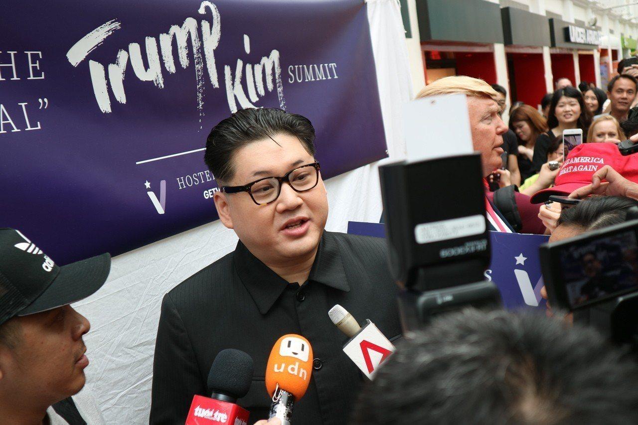 山寨金正恩、Howard X在入境新加坡時遭到刁難,他回嗆自己是北韓領導人、(新...