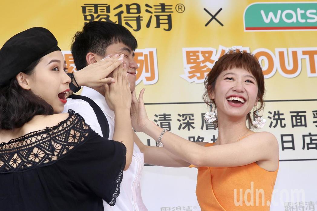 Lulu下午受邀出席保養品牌活動擔任一日店長,親手為男粉絲洗臉。記者林伯東/攝影