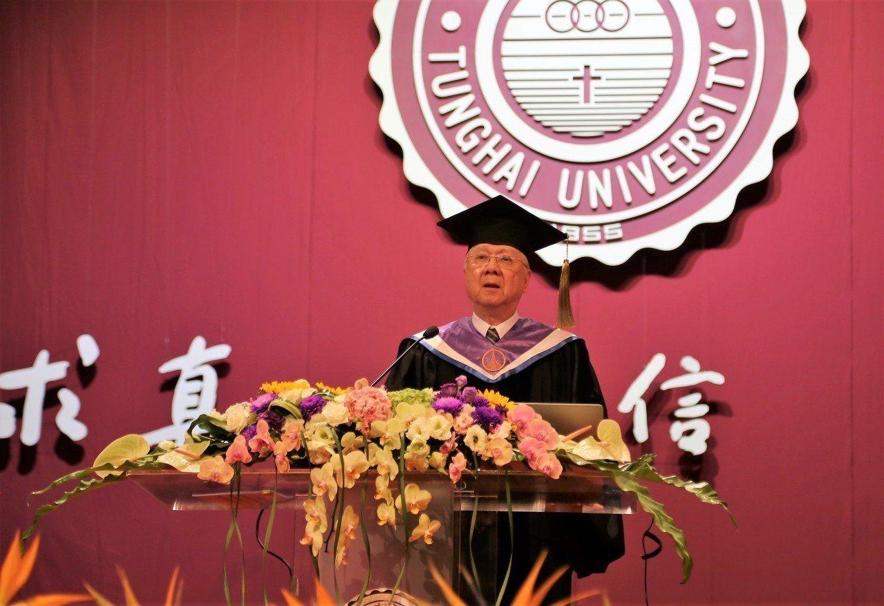 東海大學今天畢業典禮,中央研究院劉炯朗院士以「藍白拖理論」勉勵畢業生。圖/東海大...