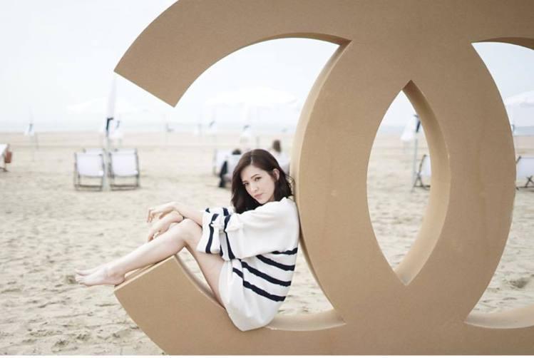許瑋甯「下衣失蹤」在海灘曬白皙美腿。圖/摘自許瑋甯臉書