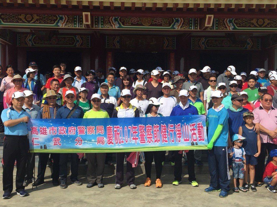 高雄仁武警分局在警察節前夕,舉辦淨山活動,為環保盡一分心力。記者王昭月/攝影