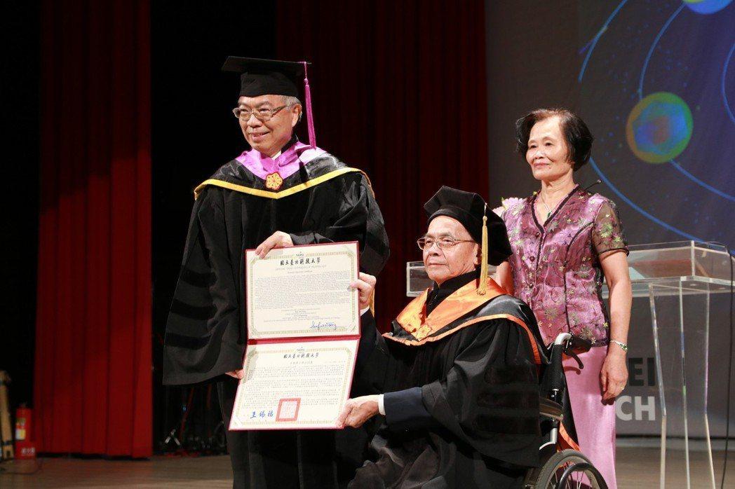 台北科技大學6月9日舉辦畢業典禮,典禮中頒贈名譽博士予台北科大榮譽教授王瑞材。圖...