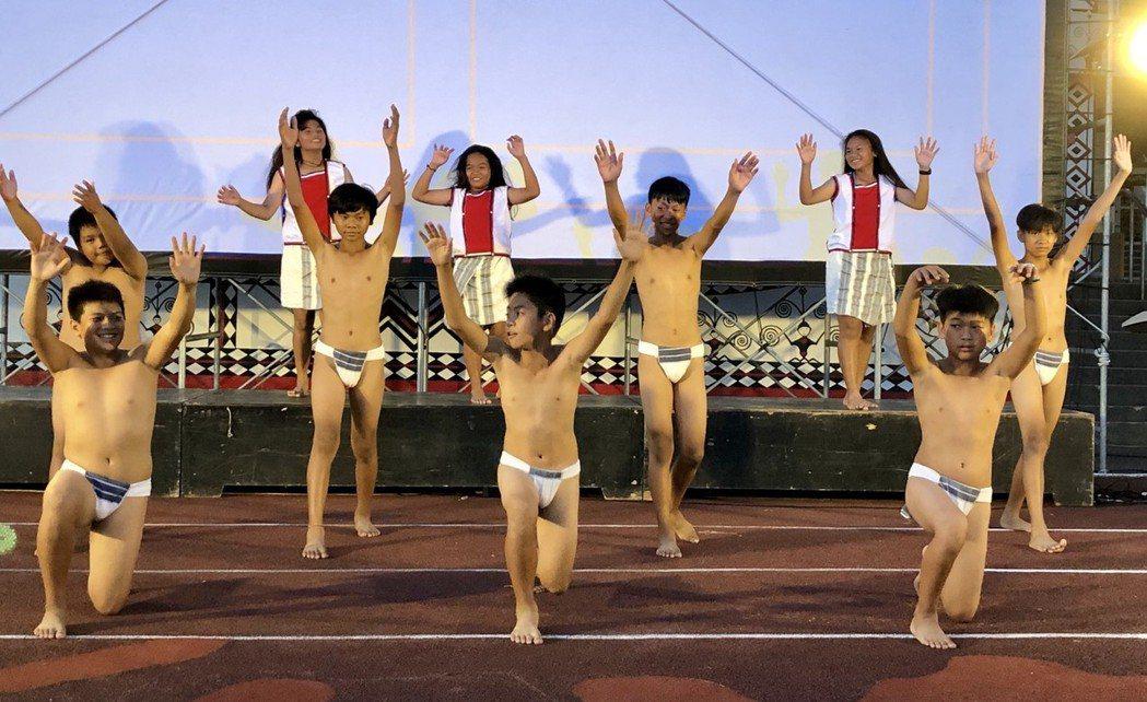 「小飛魚展演隊」熱情有勁的表演為「只有大海知道」首映會開場。圖/海鵬提供