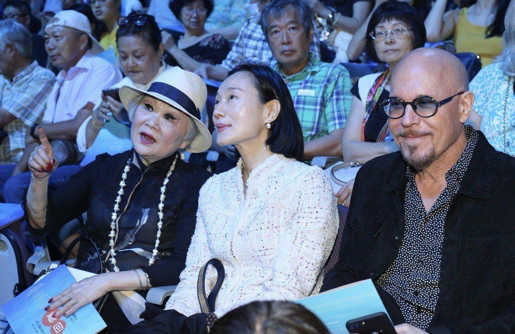 左起聯合報發行人王效蘭、坣娜、坣娜老公薛智偉。記者許正宏/攝影