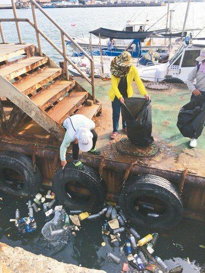 去年由熱心漁船成立的「新竹市海洋環保艦隊」,正在清除港區垃圾,讓漁港維持乾淨的環...