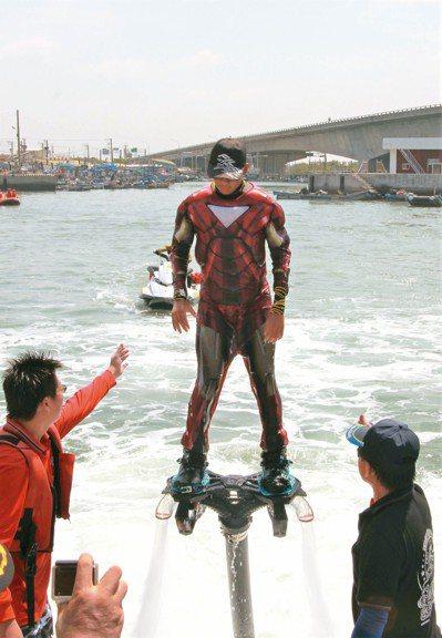 嘉縣救難協會等單位成員,穿戴英雄聯盟鋼鐵人服飾,從海上飛奔出場,宣導清除海洋垃圾...