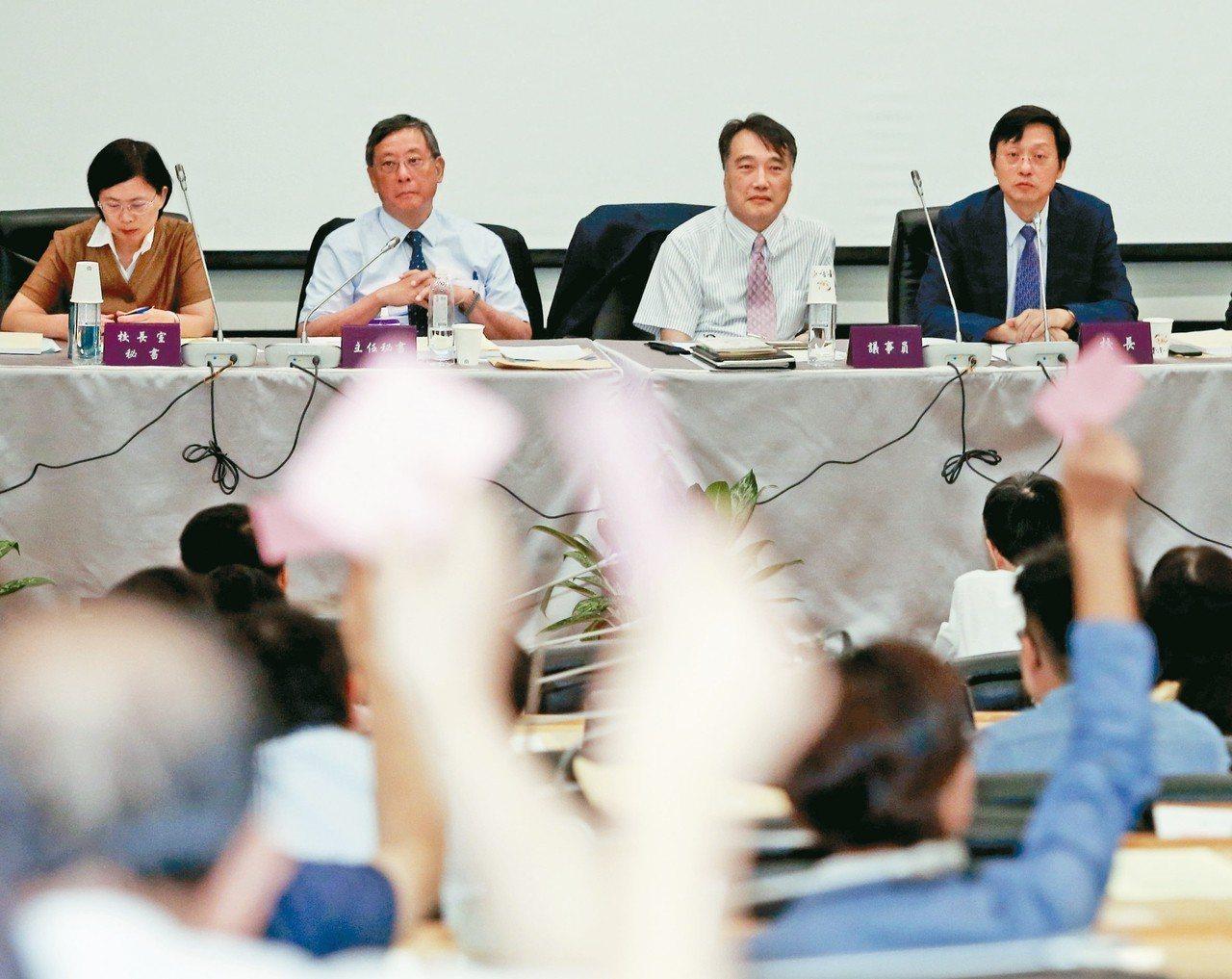 台大昨天舉行校務會議,代理校長郭大維(右一)主持,會中說明校長遴選提訴願的過程,...