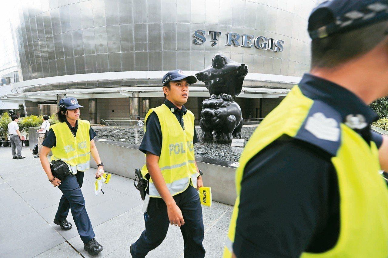 盛傳金正恩將下榻的瑞吉酒店周邊,九日已出現員警巡邏並擺設路障。 美聯社