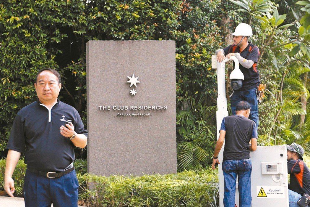 川金會舉行地點新加坡嘉佩樂酒店入口,九日加裝監視攝影鏡頭。 美聯社