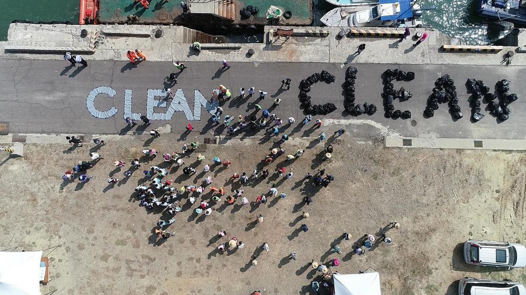 響應聯合國「世界海洋日」,新竹市昨天在新竹漁港動員撿拾港區及沙灘垃圾,垃圾清理完...