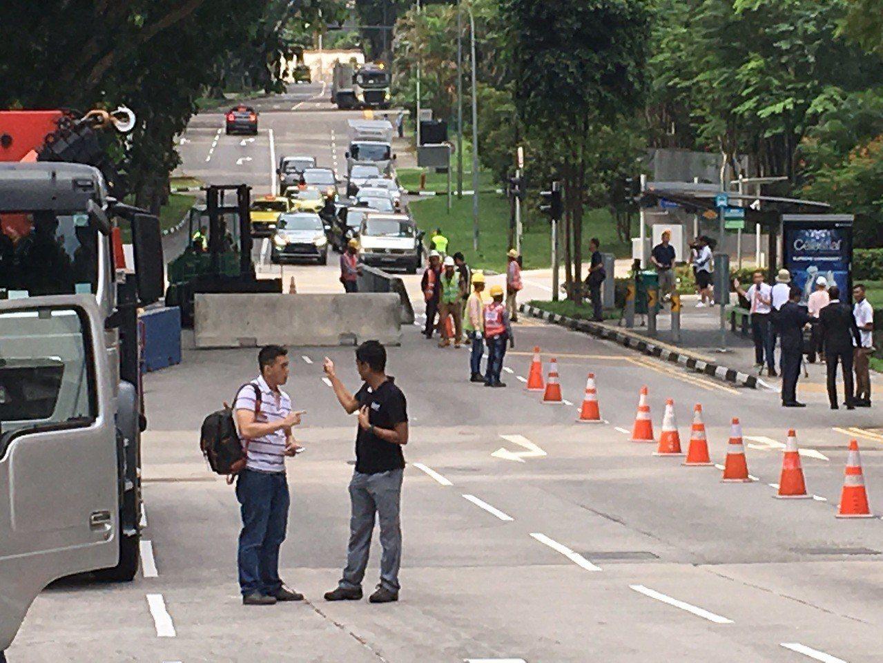 瑞吉酒店門口開始架設路障,並且進行封路交管。 新加坡特派記者任忠泰、黃純益/攝影