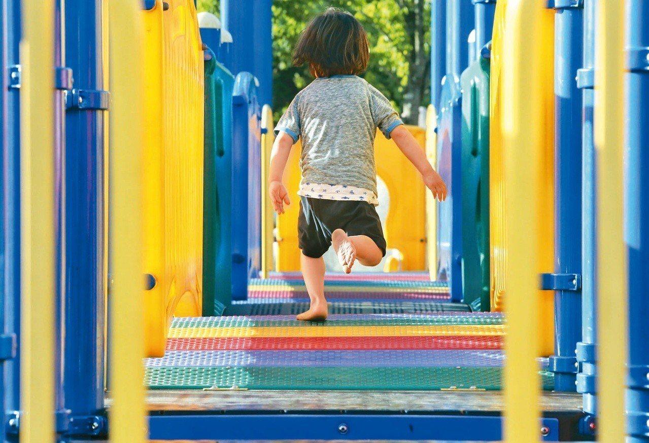 公園裡的橡膠地墊,經烈日烤曬燙人,家長要注意別讓孩子腳底成了「鐵板燒」。 記者鄭...