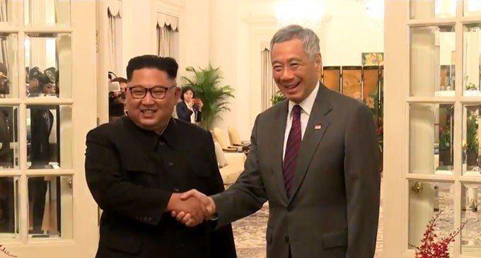 金正恩10日晚間6點半左右,抵達新加坡總統府會見總理李顯龍。圖/取自直播畫面