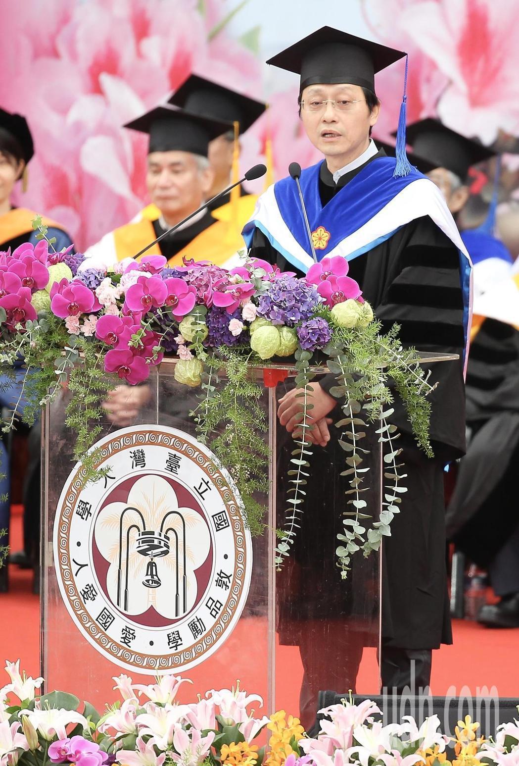 台灣大學上午舉行畢業典禮,台大代理校長郭大維(右)致詞時指出,台灣高教出問題,但...