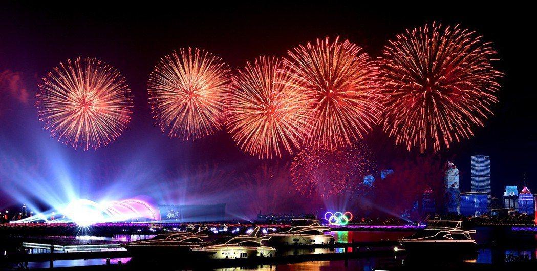 燈光煙花匯演賀上合峰會開幕。 新華社