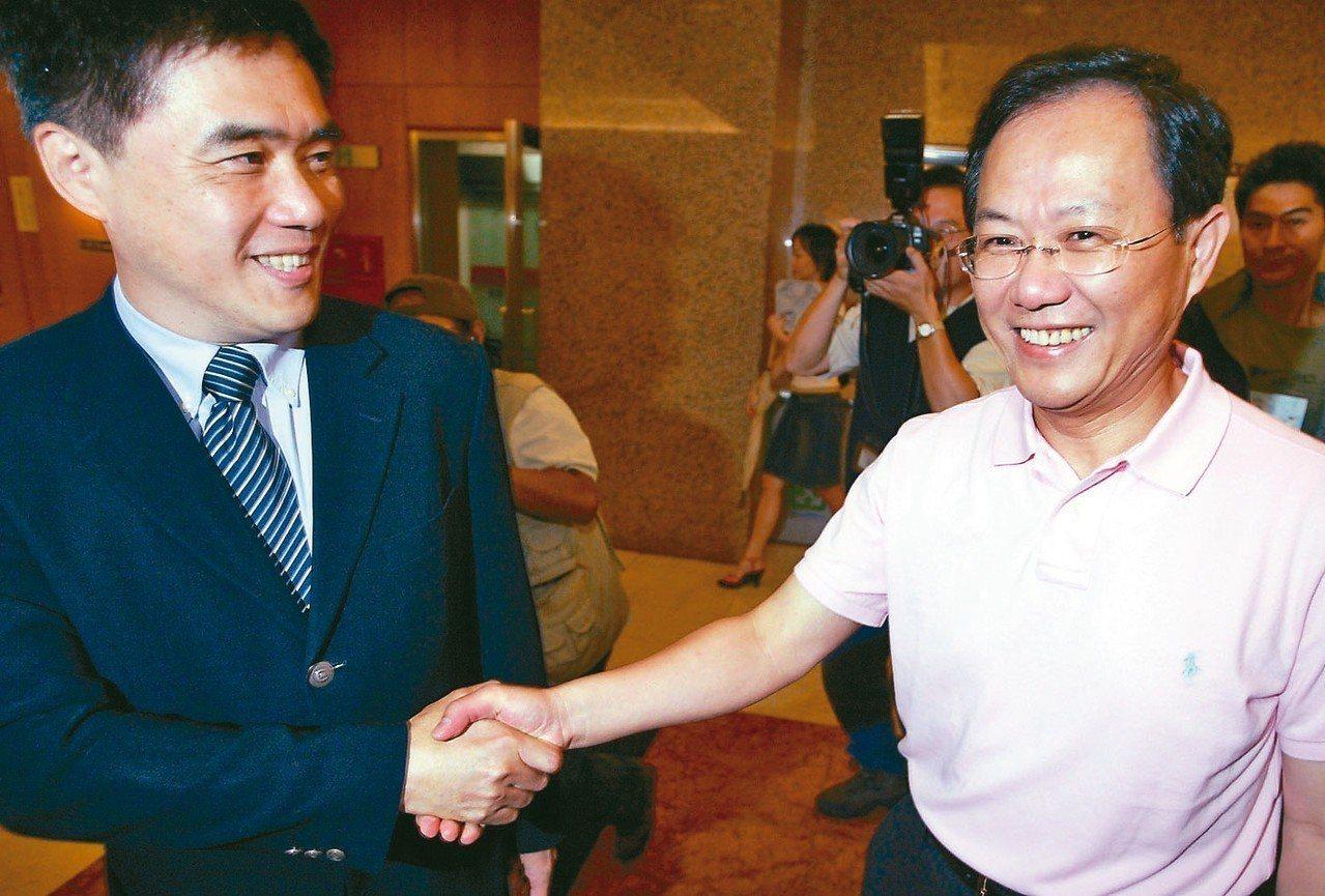 2006年時,國民黨台北市長參選人郝龍斌(左)到立法院拜會丁守中(右)尋求支持。...