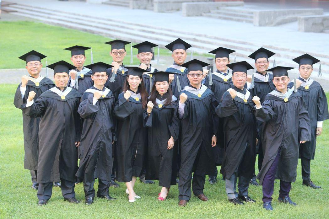 畢業班E19級的15位企業家將創業心路歷程記錄出書,從築夢的勇氣,到跨出實踐的第...