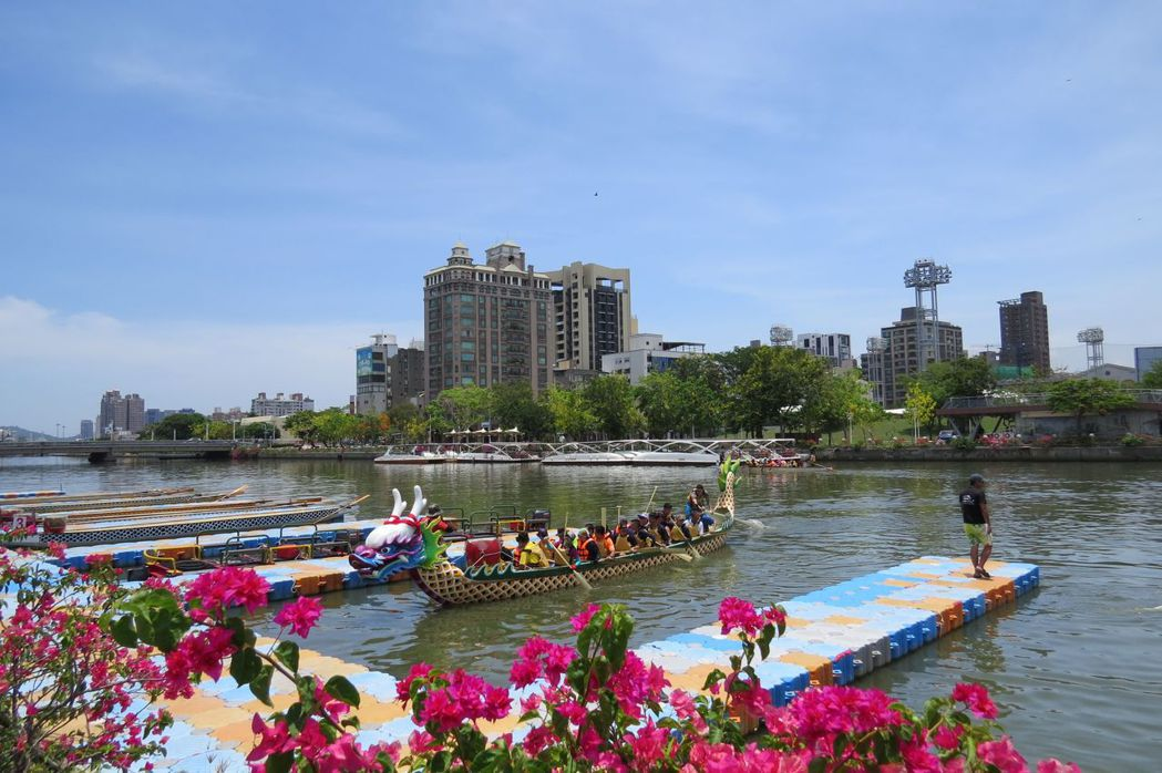 一年一度的端午佳節即將到來,高雄愛河又開始熱鬧起來。 李福忠/攝影
