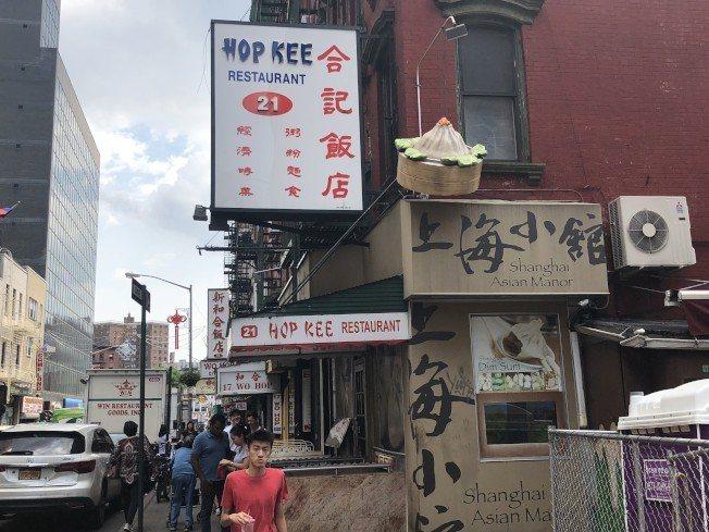 曼哈頓華埠合記飯店內,張貼著波登用餐的照片。記者陳小寧/攝影