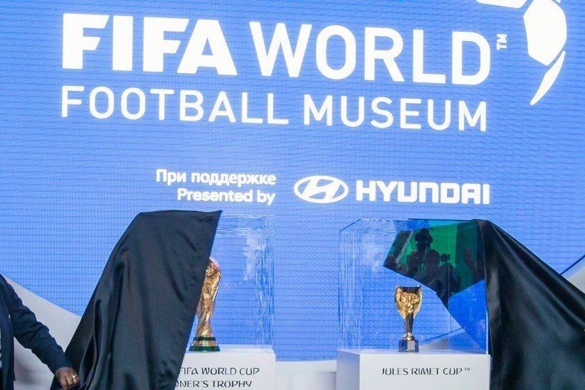 莫斯科世界盃歷史博物館展示本屆比賽將頒給冠軍的大力神杯(左),以及1930年至1...