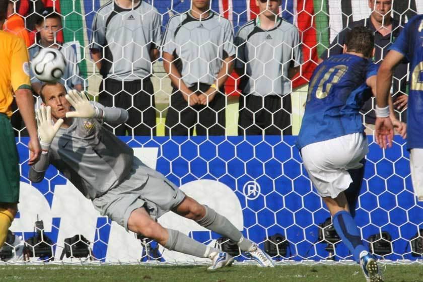 2006年世界盃義大利在補時階段即將結束前,意外獲得一次12碼球機會,澳洲門將施...