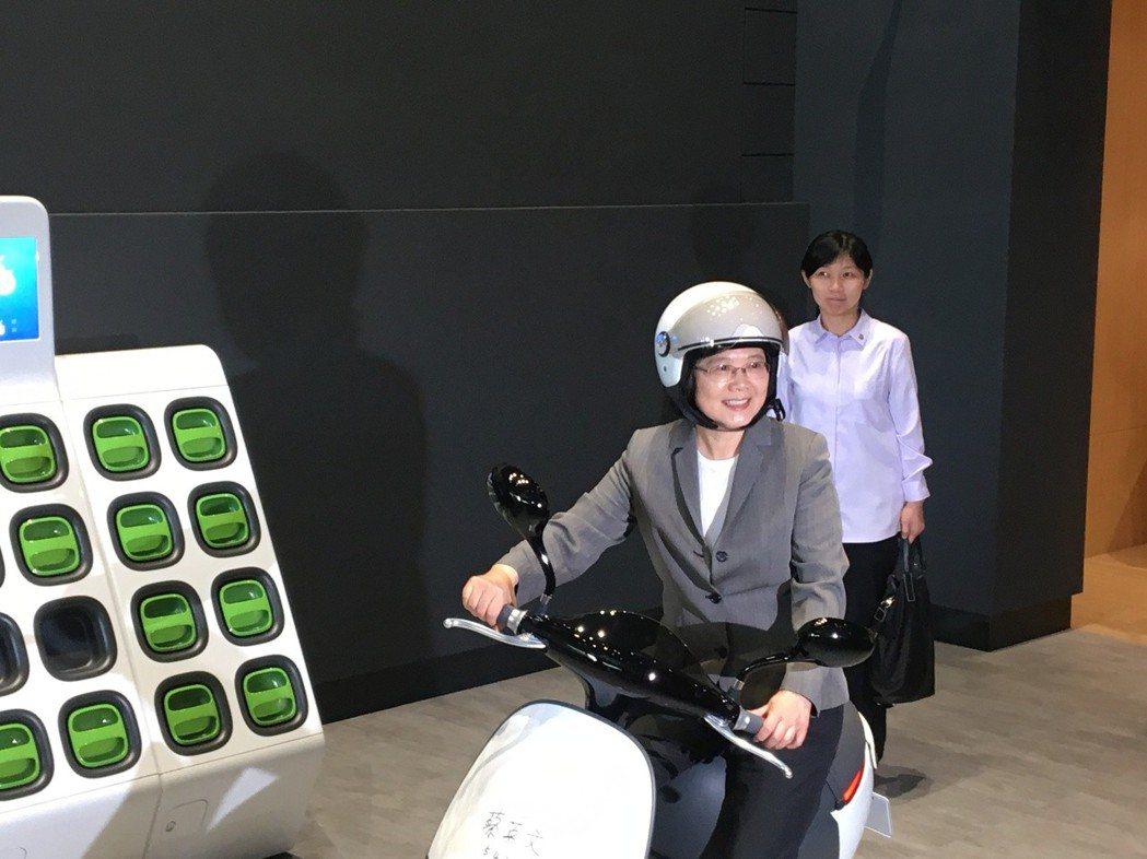 蔡英文5月7日接受電視專訪,稱非核家園目標不變,並舉例電動機車Gogoro裡的兩...