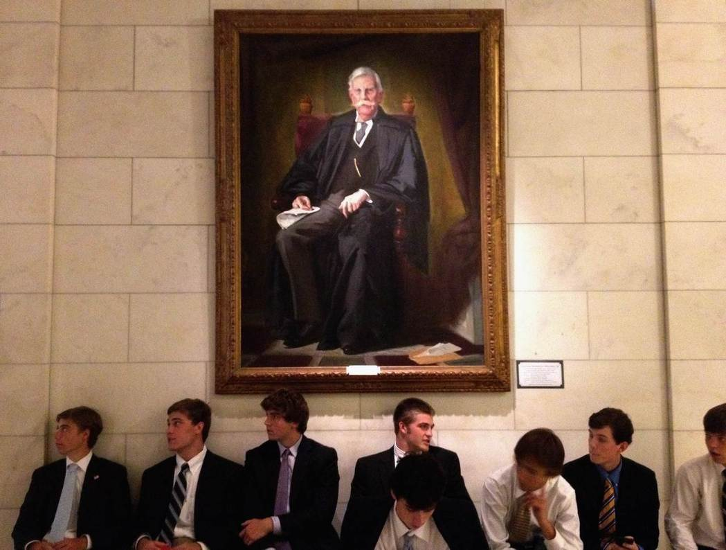 1919年美國大法官何姆斯(圖中肖像)認為言論自由的界限在於是否製造「明顯而立即...