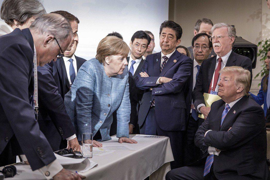 德國總理梅克爾官方公布的照片,梅克爾看起來正在教訓美國總統川普。 (歐新社)