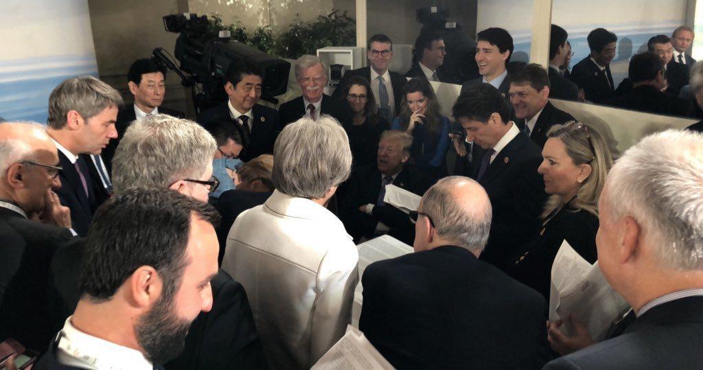 美國總統川普助理小史卡維諾對外發布的照片顯示,川普正對圍繞著他的G7領袖與高級官...