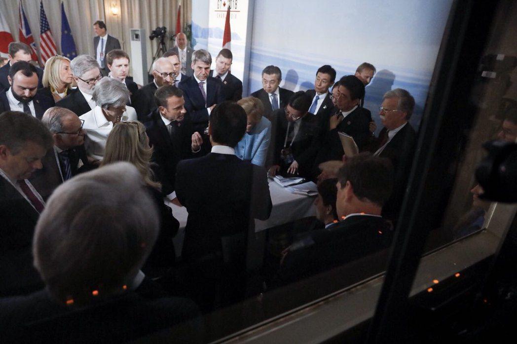 法國總統馬克宏在推特發的同一場景照片,馬克宏擠在眾領袖之間,針對峰會宣言發表意見...