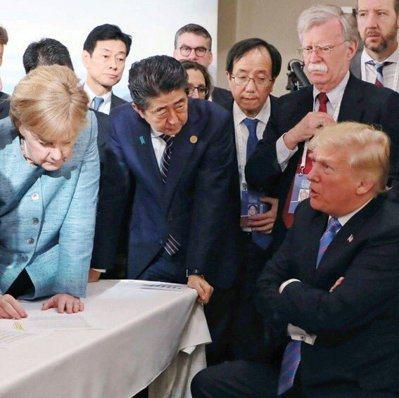 日相安倍晉三(左二)推特發的照片顯示,他兩手按在桌上,聆聽川普與其他領袖對話。 ...