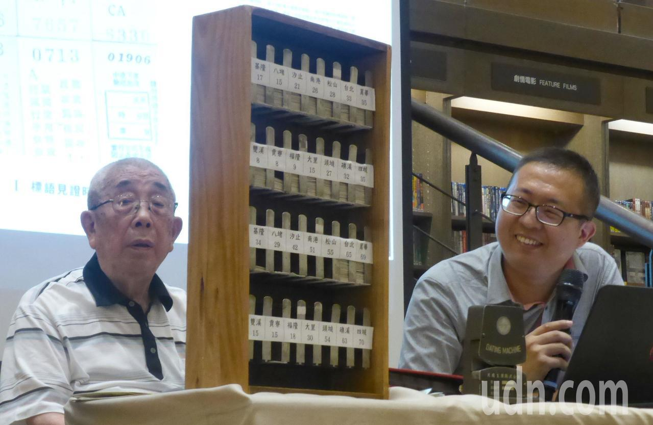 「老火車票說故事」作者倪京台(右)和爺爺、95歲老鐵道迷倪立一起發表新書,並把珍...