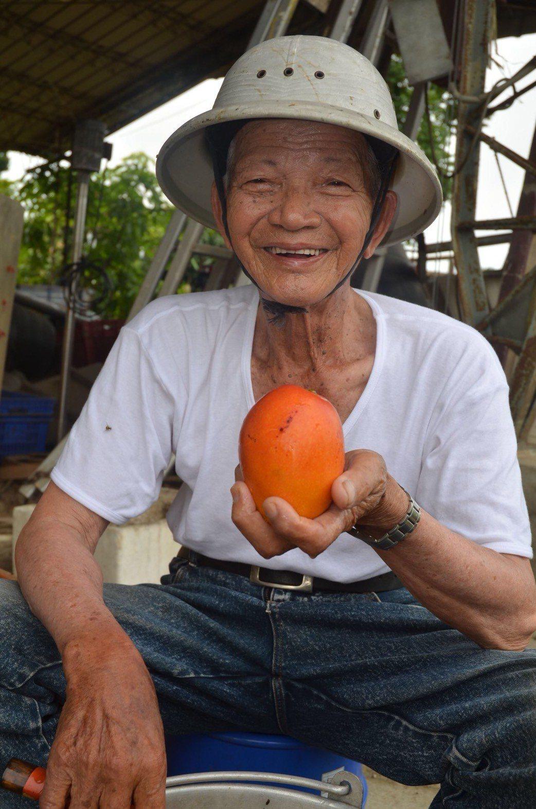 台灣愛文芒果之父鄭罕池,本月1日病逝家中,享年89歲,今天上午7點40分舉行公祭...