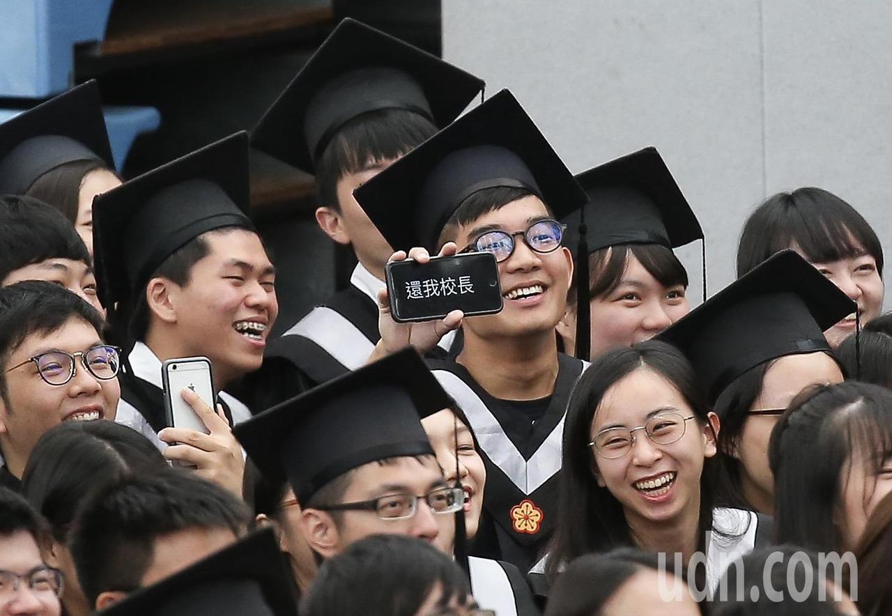 台灣大學畢業典禮,畢業生以手機秀出「還我校長」,。記者余承翰/攝影