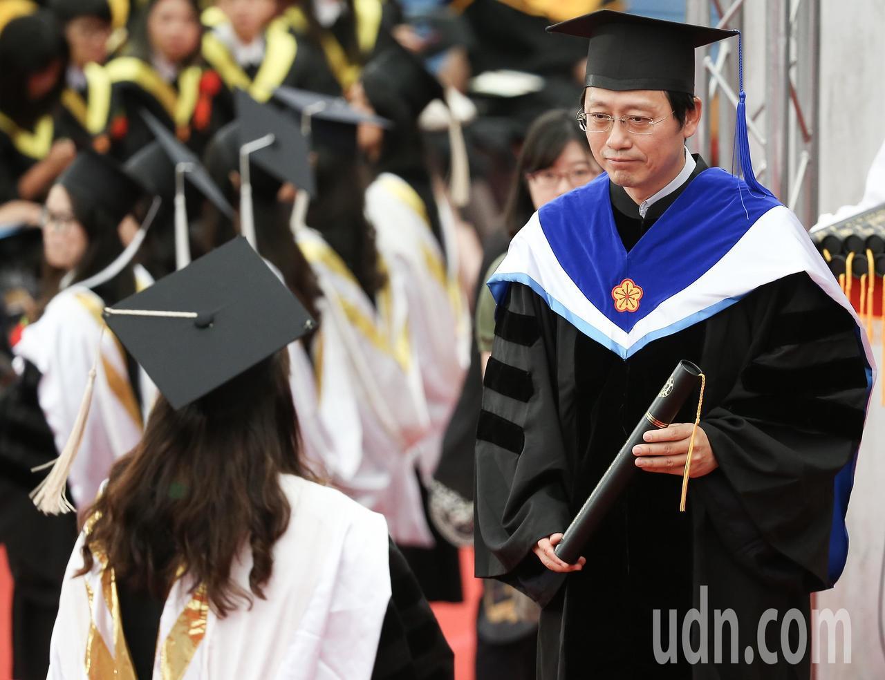 台灣大學畢業典禮,因管中閔未上任,由代理校長郭大維(右)代表頒發畢業證書。記者余...