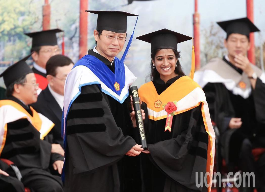 台灣大學畢業典禮,因管中閔未上任,由代理校長郭大維(左)代表頒發畢業證書。記者余...
