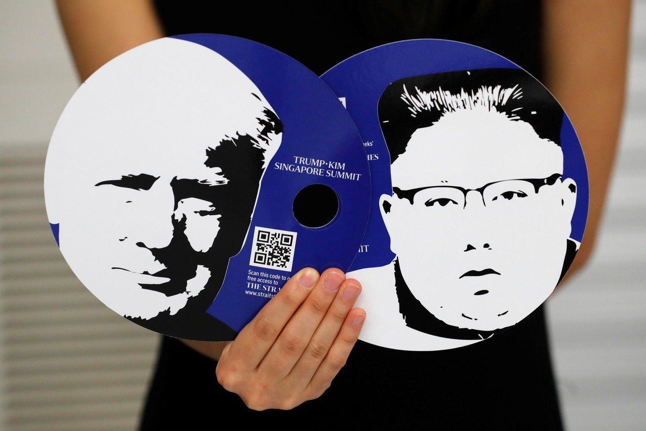 新加坡媒體中心工作人員10日展示印有美國總統川普(左)和北韓領導人金正恩肖像的扇...