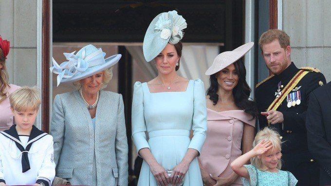 凱特則力挺英國品牌,以已故設計師Alexander McQueen品牌粉藍色方領...