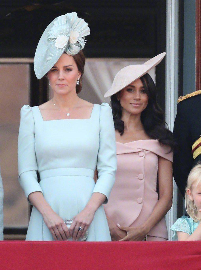 梅根與凱特默契十足,選擇粉彩色系的服裝穿搭出充滿春夏氛圍的「妯娌裝」。圖/摘自微...