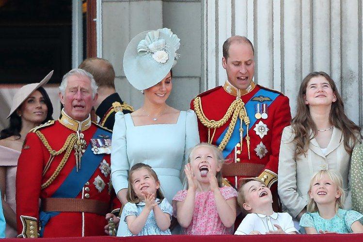 英國盛大舉辦皇家閱兵為伊麗莎白女王慶生,皇室成員紛紛到場同歡。圖/摘自Popsu...