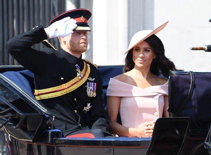 梅根選穿了一襲川普女兒愛牌Carolina Herrera粉紅色洋裝露肩線條洋裝...