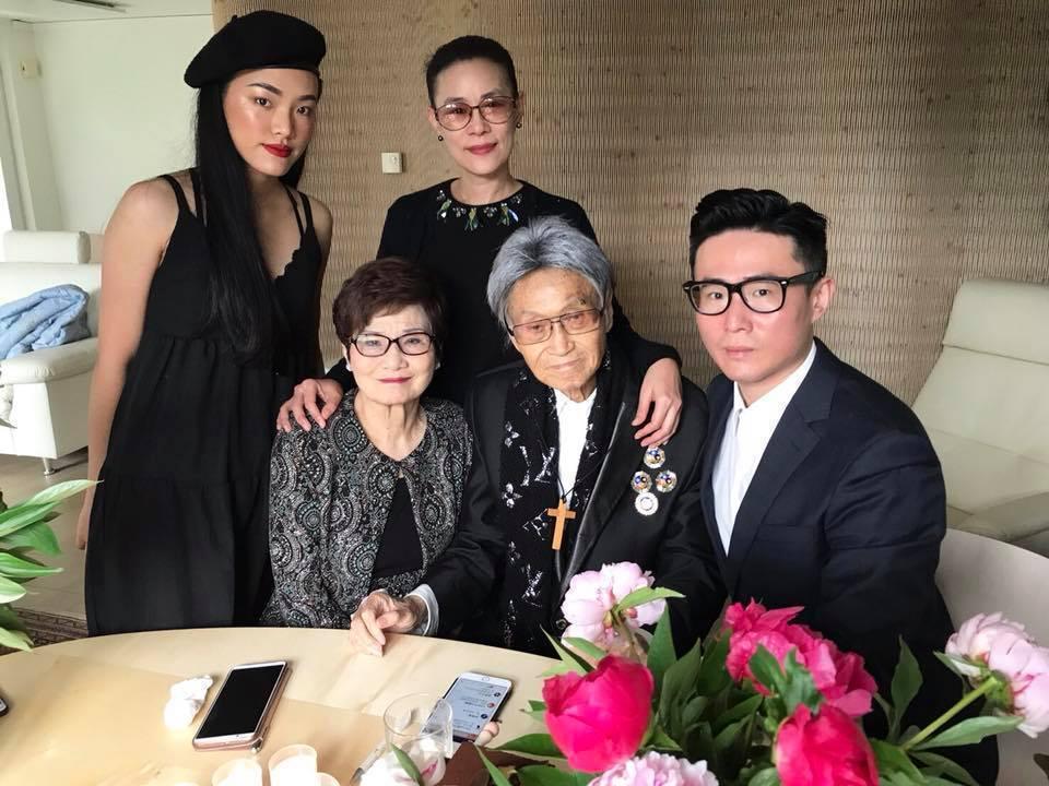 傅達仁(右二)生前留下一張最後的全家福。圖/摘自傅俊豪臉書