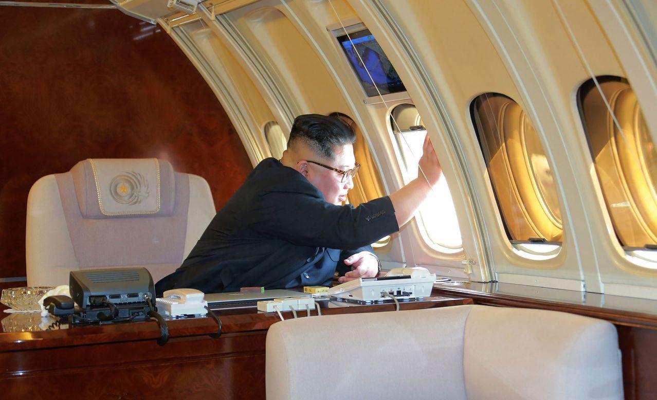 北韓中央通信社5月9日發布照片,北韓領導人金正恩5月8日從中國大連搭機返國,向送...