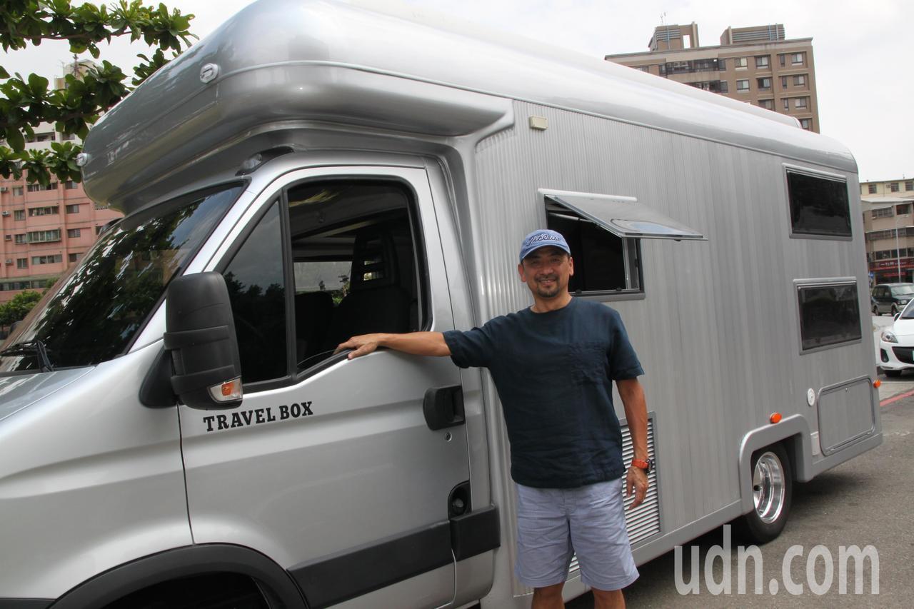 顏宏文設計出的新穎露營車,一上市就受到搶購。記者黃寅/攝影
