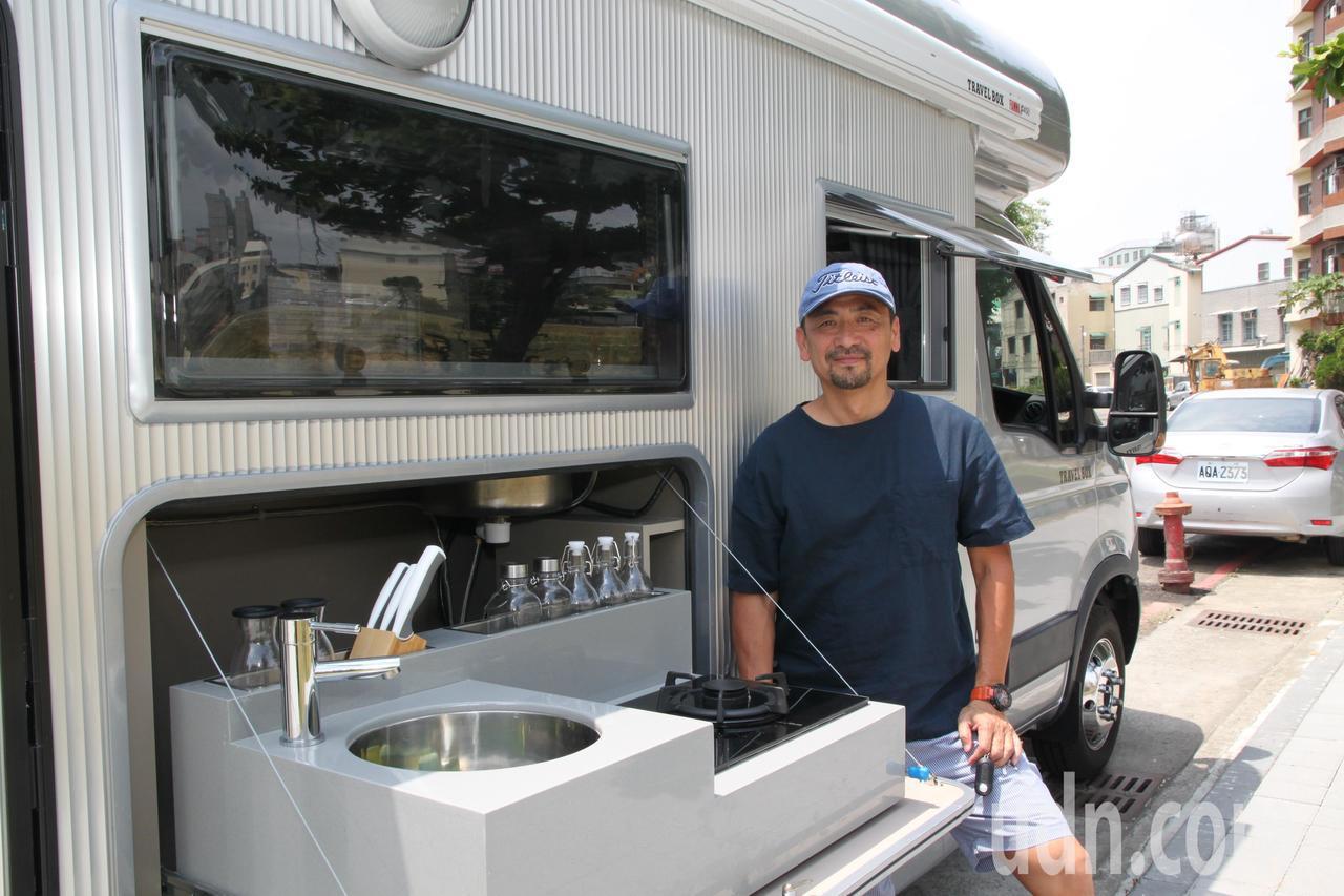 顏宏文設計出的新型露營車,還可以拉出炊事用具,在車邊炊事,一上市就受到搶購。記者...
