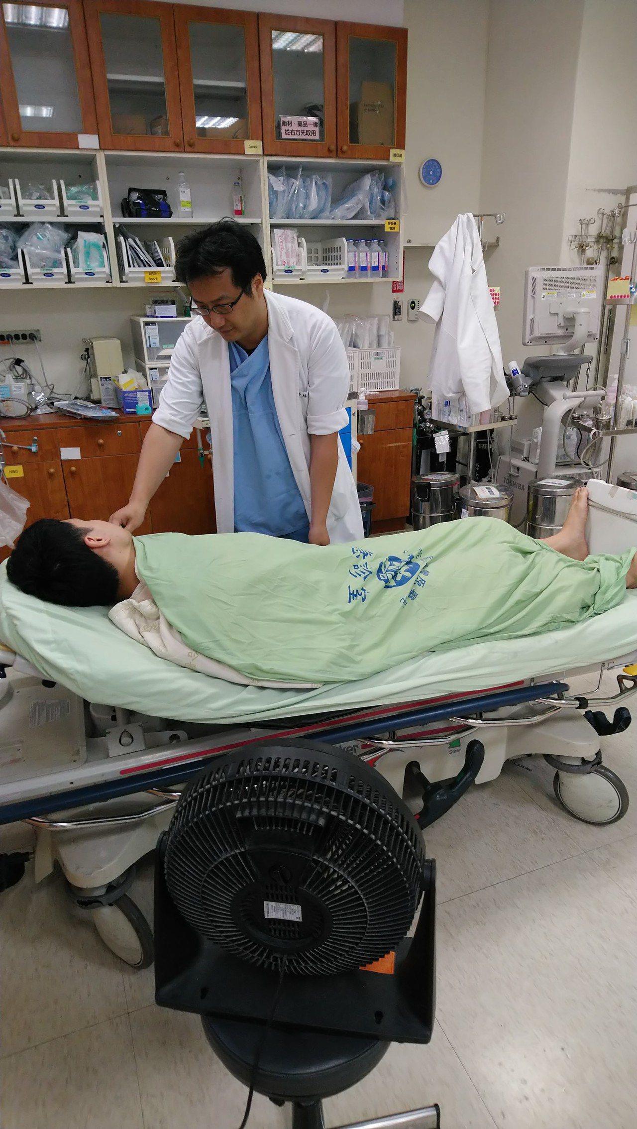 豐原醫院急診室代理主任林技政表示,民眾若出現熱中暑症狀,以濕被單、吹風扇降溫。圖...