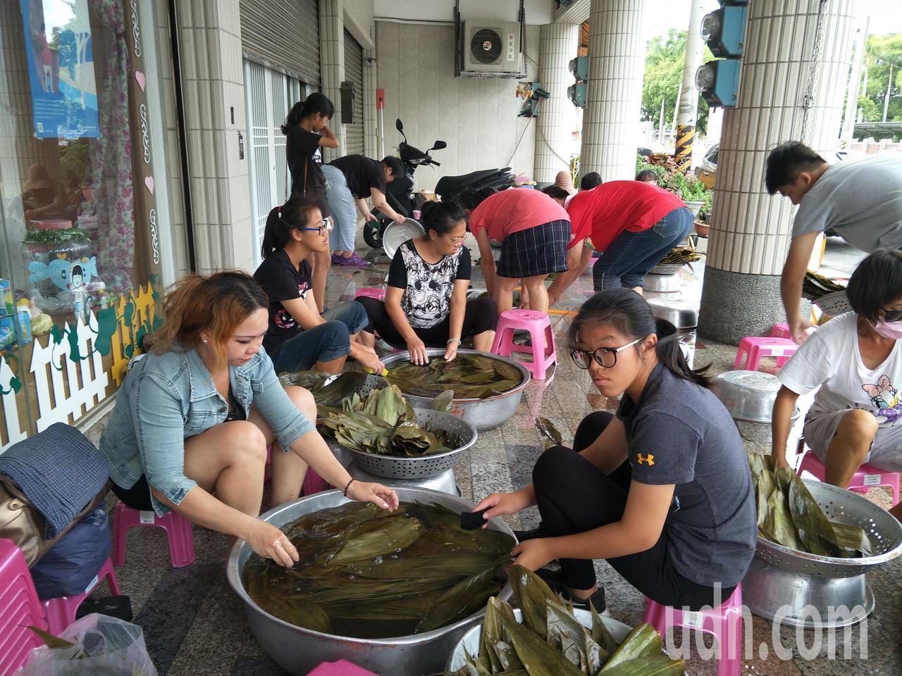 來自越南新住民易佩詩(左一)也來幫忙。記者謝進盛/攝影