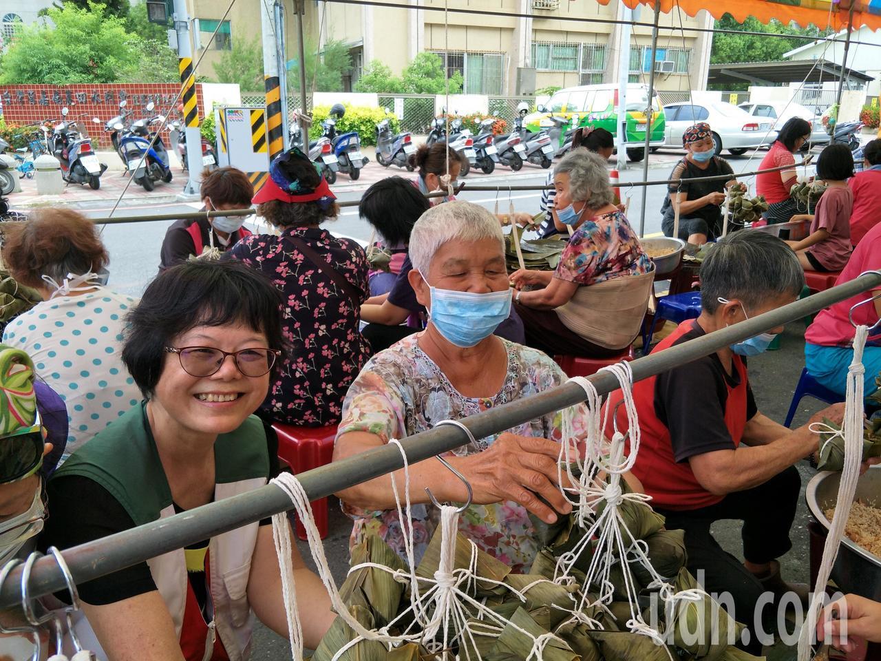 從事資源回收的80多歲洪素霞(中)阿嬤傳授綁粽子要訣。記者謝進盛/攝影